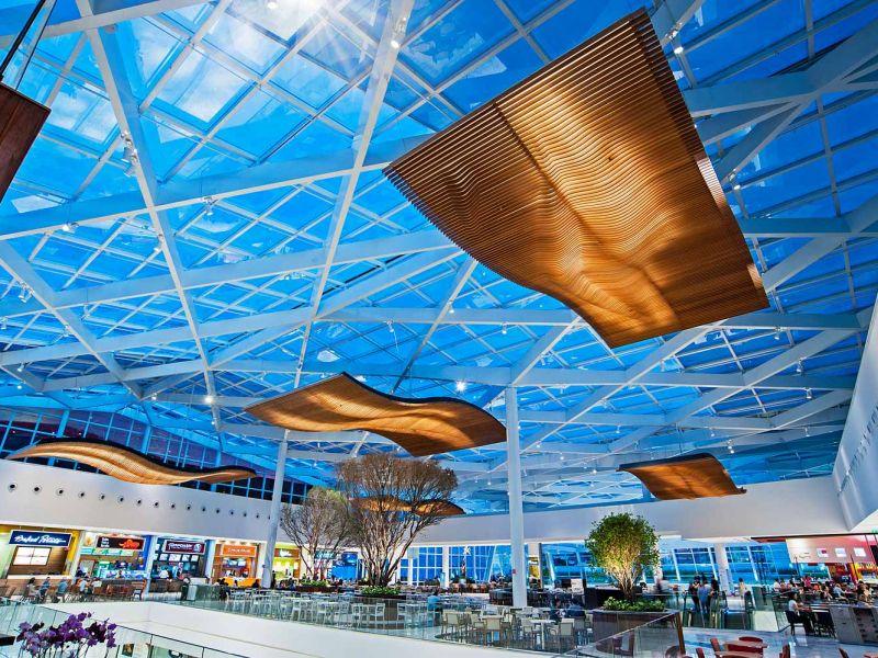 Luminária pendente acústica e luminárias plafon em tela Tensoflex – Shopping Patio Batel – Curitiba