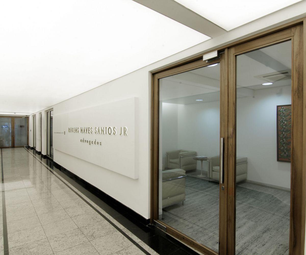 (Português) Luminárias em telas Tensoflex translúcidas – Rubens Naves Santos Jr. Advogados – SP