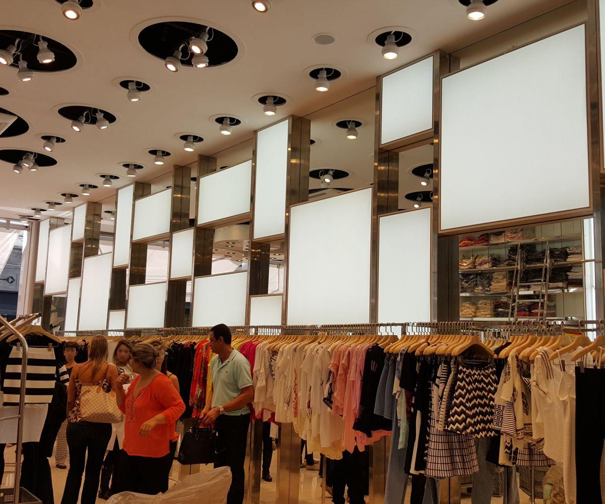 Aplicação de Light Box como divisão de um espaço comercial, formando um lindo mosaico de iluminação. Projeto: Loja Hush (SP)
